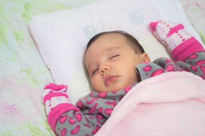 Czy noworodek potrzebuje poduszki?