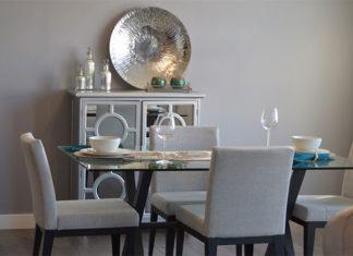 Stół z krzesłami w pokoju - dlaczego warto?